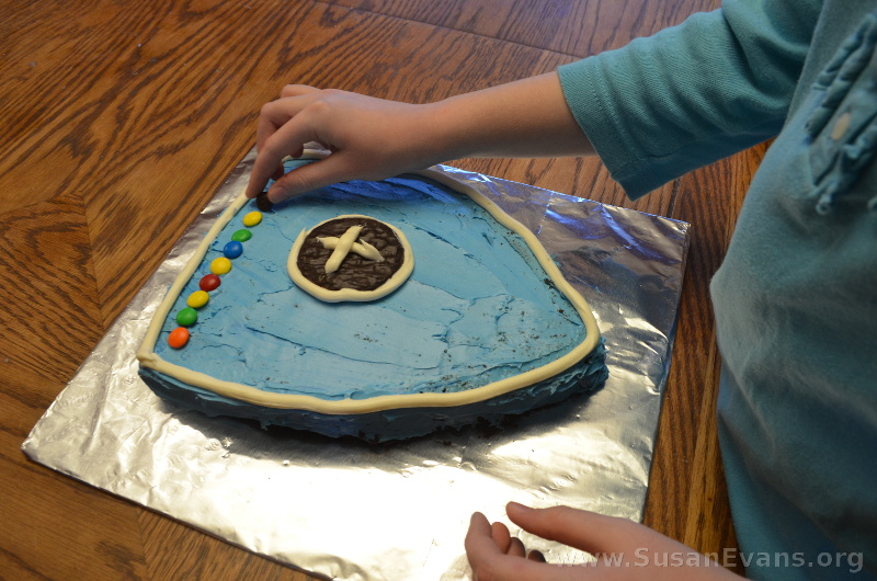 decorating-shield-cake
